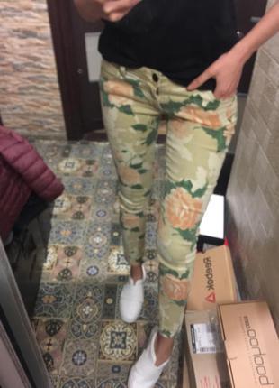Стильная джинсы с розами massimo dutti