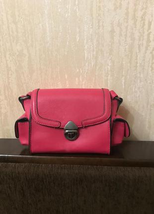 Яркая летняя сумочка bershka