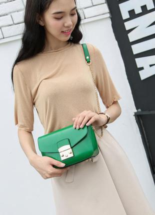 Красивая небольшая зеленая сумка клатч через плечо