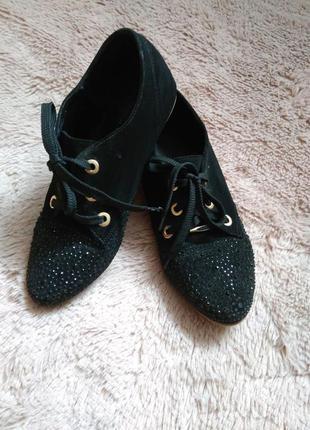 Спортивні туфлі з стразами!