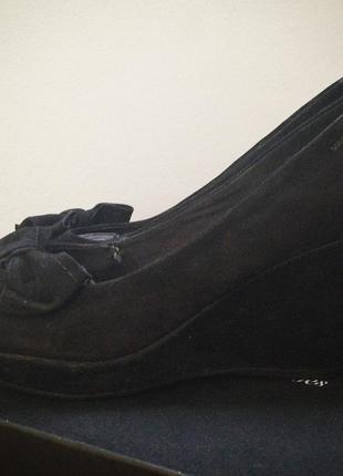 Новые замшевые туфли на танкетке