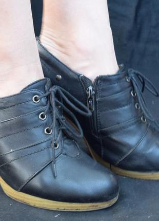 Черные ботинки со шнуровкой на каблуке