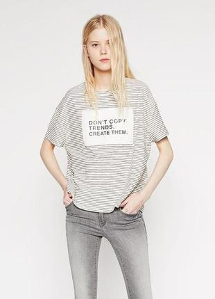 Стильная белая полосатая футболка zara с надписью
