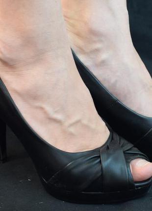 Черные туфли с открытым носком на каблуке