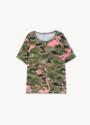 Нереально стильная футболка защитного цвета с фламинго zara