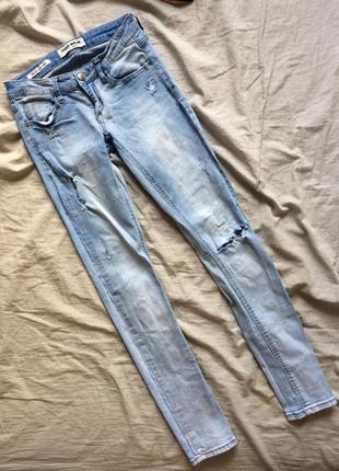 Светлые голубые джинсы скинни с потёртостями дырами