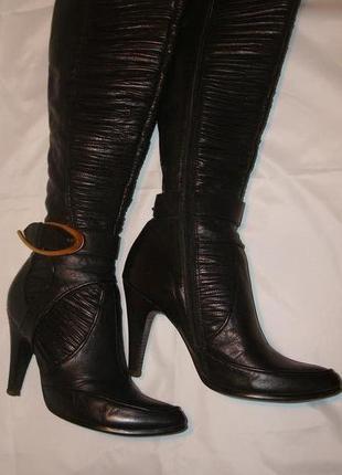Черные кожаные демисезонные сапоги на каблуке.
