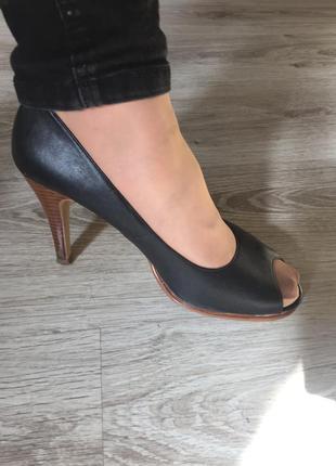 Шкіряні чорні туфлі-босоніжки на каблуку