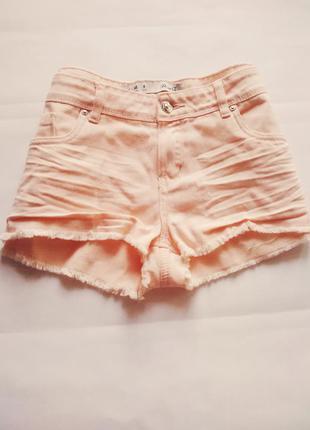 Розово-пудровые джинсовые шорты с бахромой
