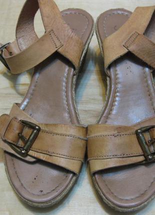 Кожаные босоножки  на танкетке jones bootmaker англия  рр 37 стелька 24см
