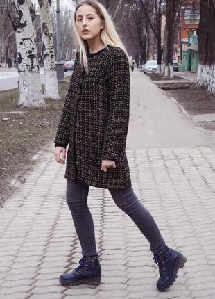 Изысканное пальто с блестящей основой.