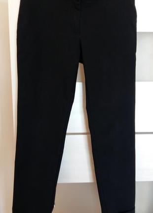 Классические зауженные брюки средней посадки.