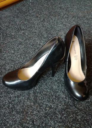 Чорні лакові туфлі
