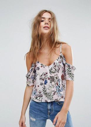 Крутой стильный топ, блуза со спущенными плечами и рюшами в тропический принт