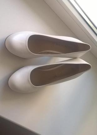 Красивые белые туфли на каблуке tamaris