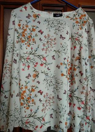 Красивая блуза с цветочным принтом