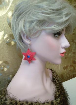 Красные кожаные серьги звезды с разными камнями.