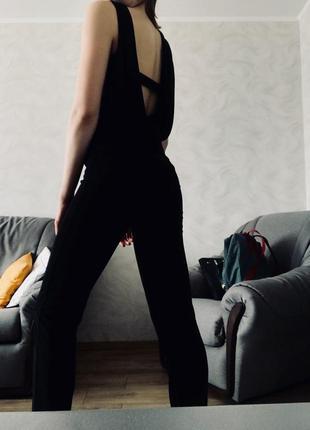 Черный комбенезон с красивой открытой спинкой