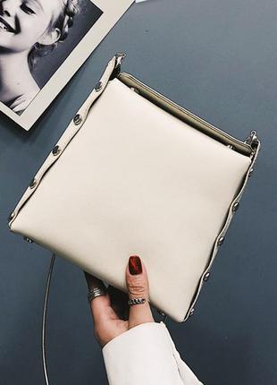 Белая сумка на цепочке