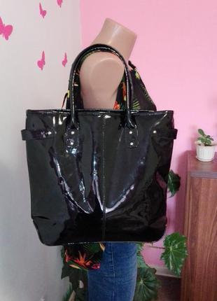 Стильная сумка rotary  из черного лака дополнит любой образ