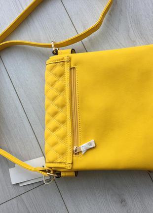 Яркая желтая сумочка. много отделений