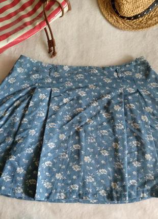 Стильная джинсовая юбка в цветочек