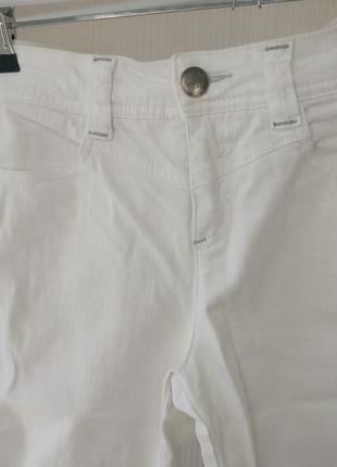 Белые классические джинсы