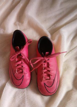 Яркие спортивные кроссовки nike