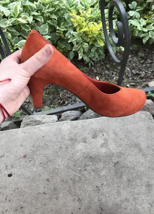 Яркие туфли на невысоком каблуке clarks