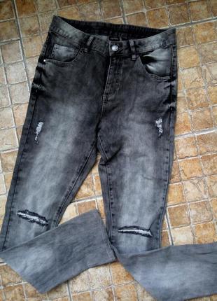 Серые протёртые джинсы с дырками