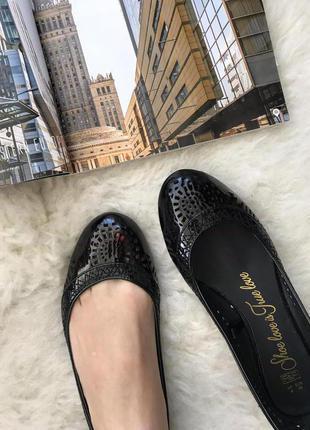 Новые лаковые туфли в дырочку