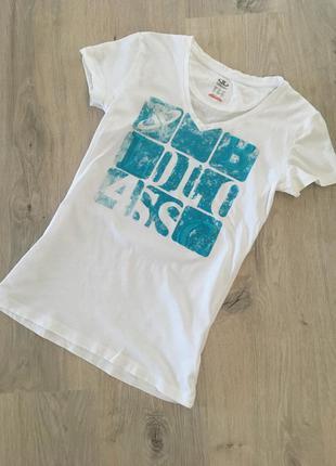 Белоснежная фирменная футболка с бирюзовым принтом