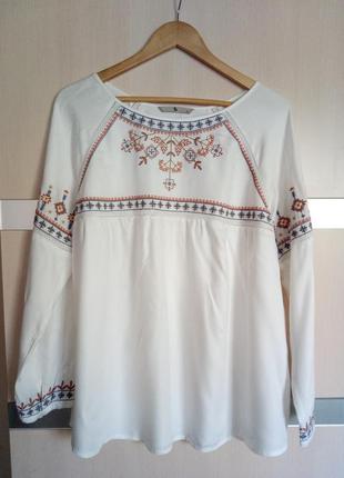 Легкая блуза с трендовой вышивкой tu