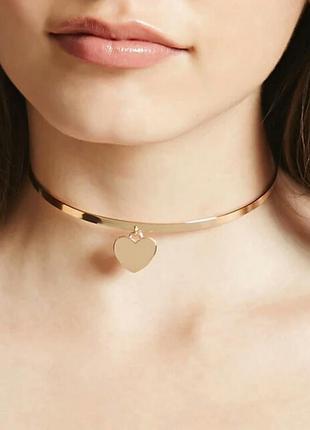 Металлический чокер под золото с золотым сердечком
