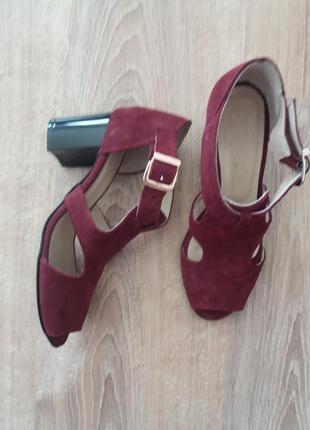 Новые замшевые босоножки модного цвета марсала