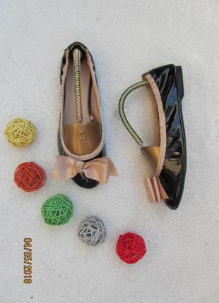 Милые легкие туфельки из лакированной кожи на низком ходу