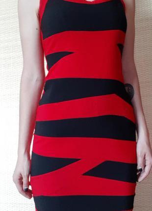Эффектное красно-черное бандажное платье-футляр