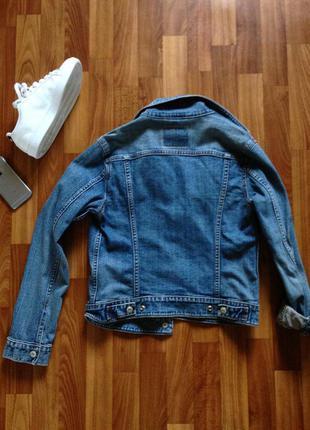 Джинсовая курточка levi's.