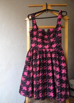 Приталенное короткое платье с принтом