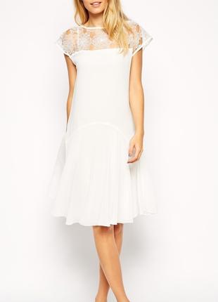 Элегантное короткое платье свободного покроя c кружевом и короткими рукавами