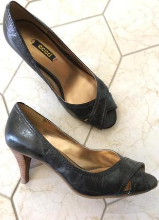 Фирменные туфельки с открытым носочком