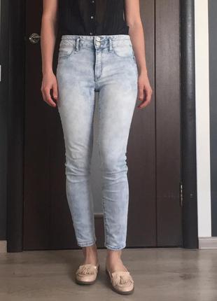 Голубые красивые джинсы