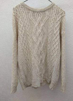 Свободный вязаный бежевый свитер