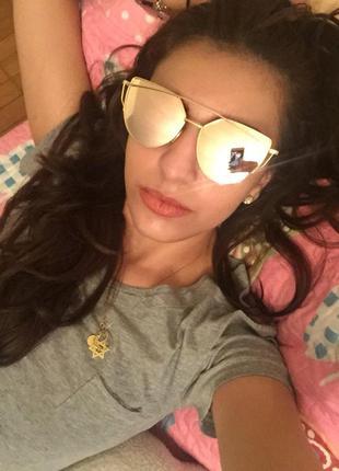 Модные солнцезащитные очки кошачий глаз золото с зеркальным эффектом.