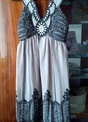 Стильное платье в узор с жемчугом