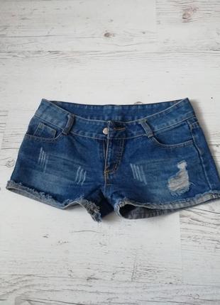 Коротенькие джинсовые шорты с потертостями