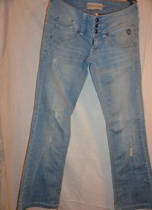 Классные голубые джинсы .