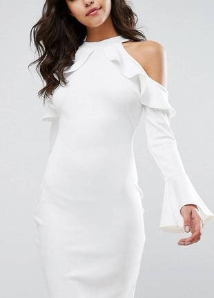 Белое платье по фигуре с оборками