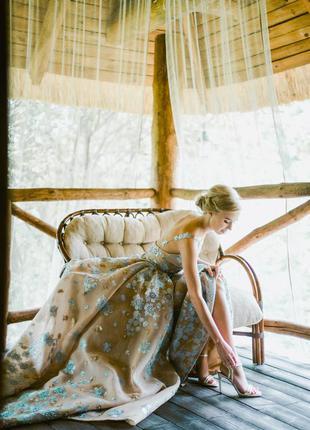 Шикарное длинное платье по фигуре с пышным шлейфом.
