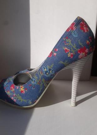 Голубые туфли в цветочный принт